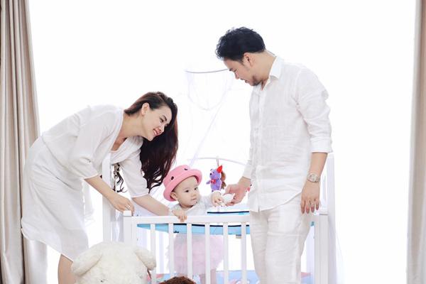 Trang Nhung khoe, bé Vani đã mọc 8 cái răng, biết đi lẫm chẫm.