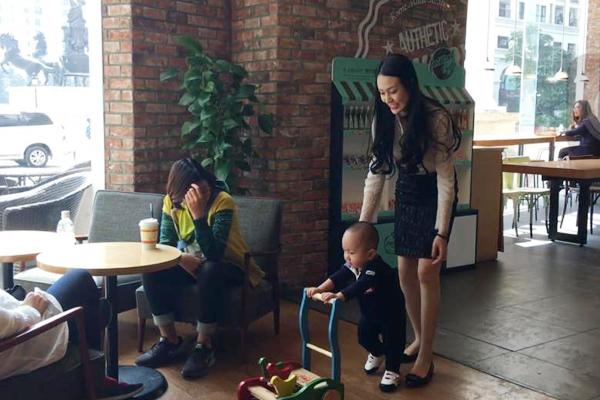 Su Hào đang ở tuổi tập đi nên không chịu ngồi yên một chỗ. Cậu nhóc vịn tay vào xe và tung tăng khắp quán cafe.