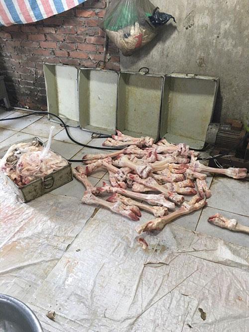 Mỗi khi có khách gọi, nhân viên cơ sở này sẽ bóc tách, lọc da số chân, guốc bò rồi dùng dây bó lại, đem luộc bán.