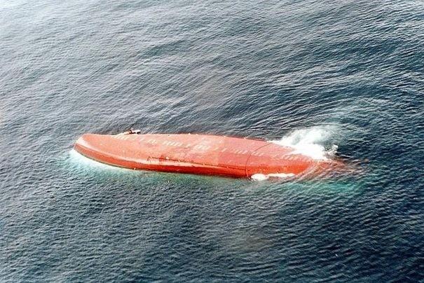 Vụ đắm tàu MV Le Joola là thảm họa hàng hải dân sự lớn thứ hai trong lịch sử, kế từ sau vụ đắm tàu MV Dona Paz ở Philippines năm 1987. Ngày 26/9/2002, MV Le Joola thuộc sở hữu của chính phủ Senegal bị lật úp ngoài khơi Gambia ở Tây Phi và cướp đi sinh mạng của 1.863 người. Ngoài lý do thời tiết, tàu gặp nạn do chở quá tải. Theo thiết kế, tàu chỉ có thể chở 600 hành khách nhưng đã chứa đến hơn 2.000 người. Đây là bài học đắt giá về quá tải trong giao thông, mọi sự quá tải dù trên biển, trên không hay đất liền đều rất nguy hiểm cho tính mạng của con người.