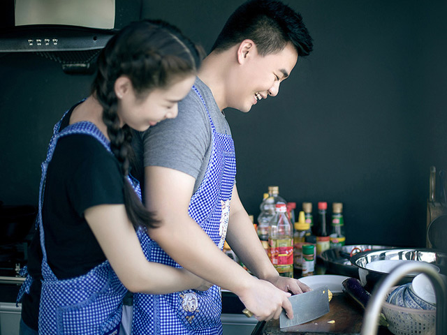 Không cần biết anh ấy nấu món gì, có ngon hay không thì trong mắt người vợ, anh ấy cũng đã quá tuyệt vời. (Ảnh minh họa)