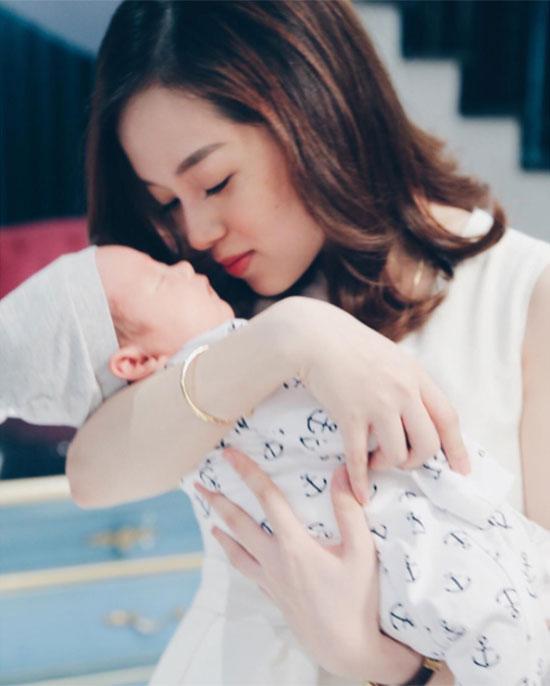 Khánh Ly mơ màng bên con trai trong bữa tiệc đầy tháng cậu bé hôm 25/4.