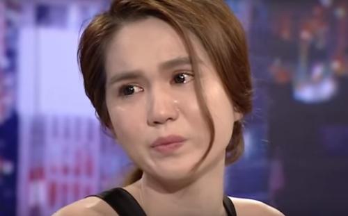 Ngọc Trinh bật khóc khi MC Lại Văn Sâm nhắc về gia cảnh.