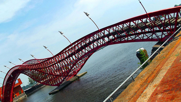 Cầu Python của Hà Lan có hình dạng của con mãng xà trong thần thoại được xây dựng từ năm 2001. Cây cầu là điểm nhấn tô điểm vẻ đẹp cho thành phố Amsterdam nước này.