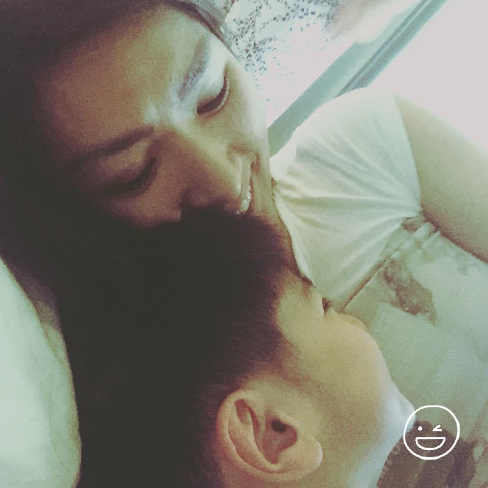 Nguyễn Hồng Nhung bên con trai bé nhỏ.