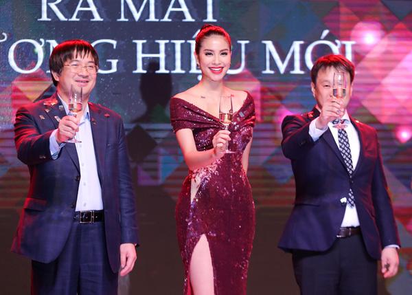 Từ sau đăng quang Hoa hậu Hoàn vũ Việt Nam 2015, Phạm Hương trở thành cái tên hot và thường xuyên được mời dự sự kiện lớn cũng như đóng quảng cáo.