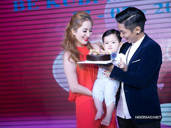 Chiếc bánh kem vừa để mừng thôi nôi Kubi, vừa chúc mừng Khánh Thi một năm làm mẹ.