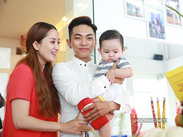 Gia đình Khánh Thi luôn quấn quýt bên nhau. Kiện tướng dancesport rất mãn nguyện với hạnh phúc cô đang có.