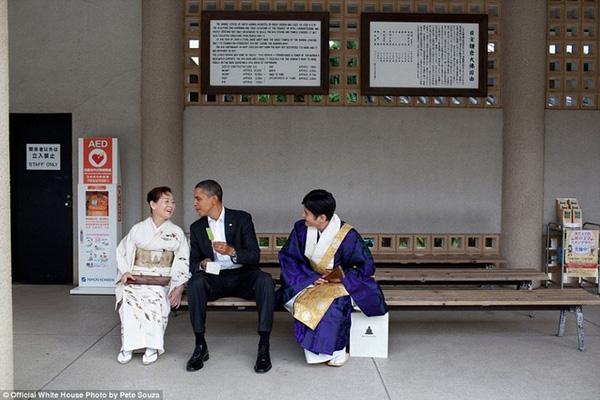 Tổng thống Mỹ ngồi ăn kem vị trà xanh trong chuyến thăm tới đền Kotoku ở thành phố Kamakura, Nhật Bản hồi tháng 11/2010.
