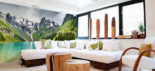 Vì những bức tranh phong cảnh hùng vĩ, nhiều chi tiết nên nội thất trong nhà cần hạn chế về màu sắc.