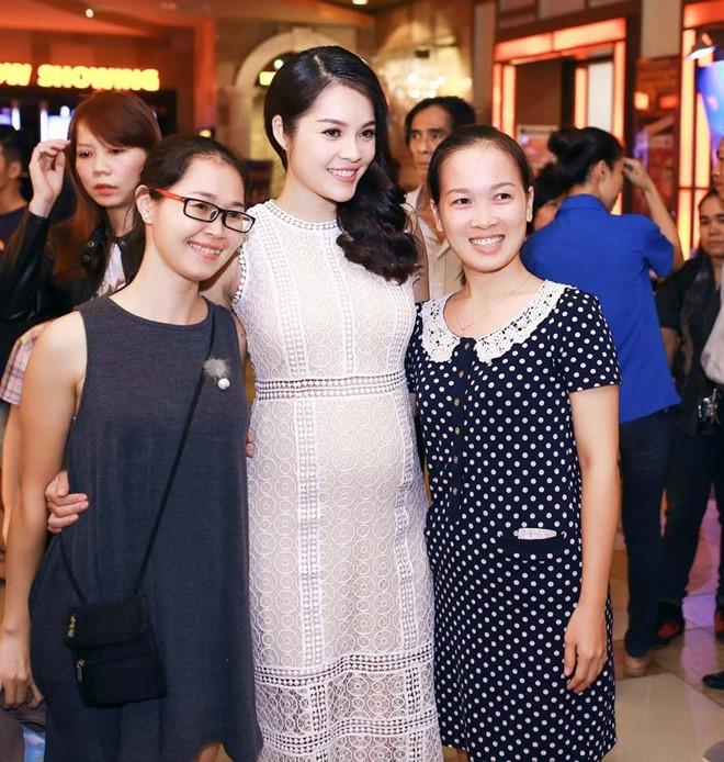 Nữ diễn viên vui vẻ chụp hình cùng khán giả.