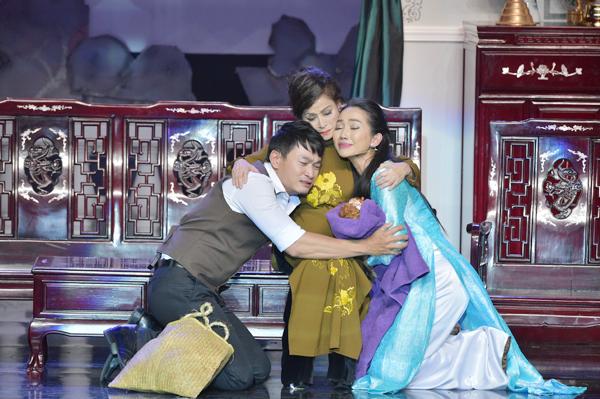 Ở trường đoạn cao trào, cô đã khóc hết nước mắt bên nghệ sĩ Túy Hồng và Trương Minh Quốc Thái. Khán giả ngồi phía dưới xem cũng nức nở theo các diễn viên.