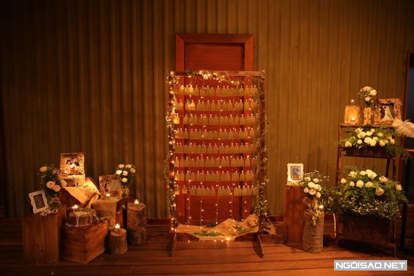 Cô dâu, chú rể dùng nhiều đồ vật nhỏ xinh trưng bày, làm đẹp cho không gian hôn lễ thêm lãng mạn, độc đáo.