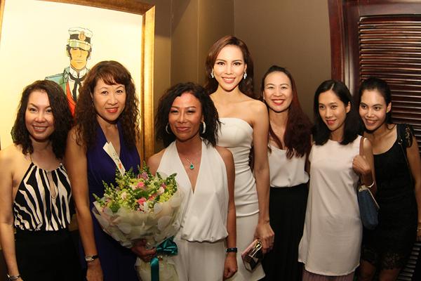 Cô rạng rỡ chụp ảnh cùng các khách mời trong sự kiện.