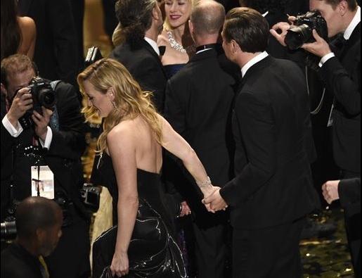 Hai người nắm chặt tay như 1 đôi tình nhân khi cùng rời khỏi Lễ trao giải.