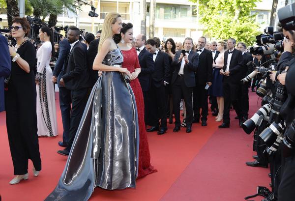 Trên thảm đỏ Cannes, cô còn làm quen với MC kiêm người mẫu nổi tiếng của Czech, Petra Nemcova. Dù mới lần đầu biết nhau nhưng cả hai đã nhanh chóng làm quen.