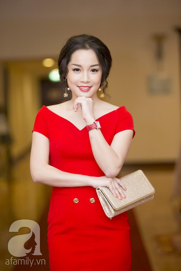 Diễn viên Minh Hương tươi tắn trong bộ váy đỏ.