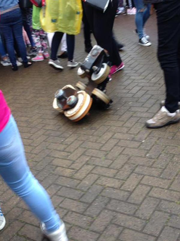 Một bánh xe lăn lốc ra khỏi đường ra khiến nhiều người kinh hoàng, hoảng sợ.