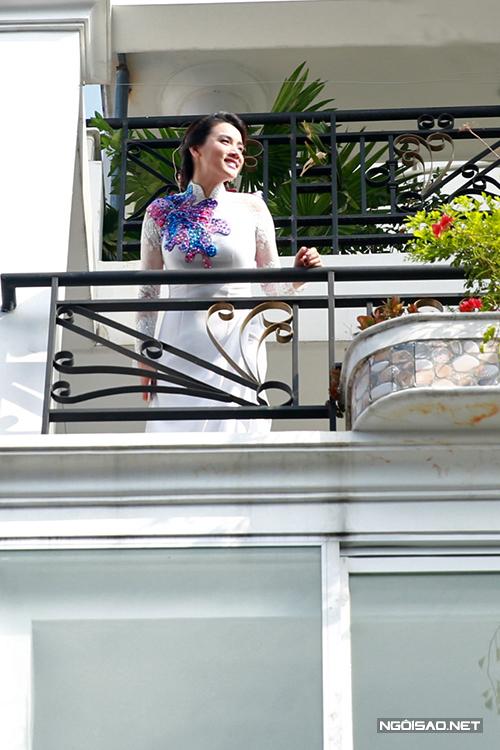 Cô dâu Trang Nhung rạng rỡ chờ chú rể Hoàng Duy và nhà trai tới.