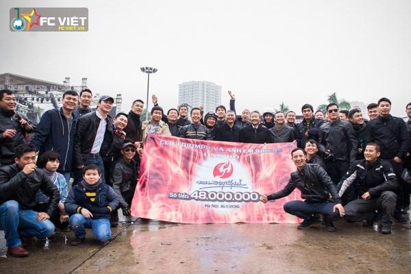 Đoàn biker đã ủng hộ được 48 triệu cho liveshowBức Tường và những người bạn - Đôi bàn tay thắp lửa và nam ca sĩ Trần Lập.
