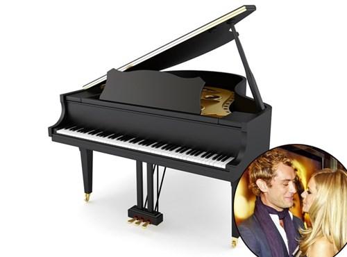 Khi còn bên nhau, Jude Law từng khiến Sienna Miller bất ngờ với chiếc đàn piano mới tinh. Bên trong, tài tử để chiếc nhẫn kim cương trị giá 204.000 USD.