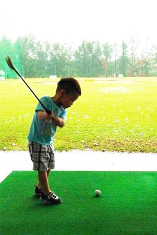 Subeo được bố Cường Đôla cho đi học đánh golf.