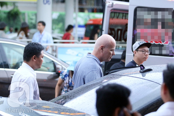 Sau khi cất hành lý lên xe, vợ chồng Thu Minh nhanh chóng rời sân bay trở về nhà nghỉ ngơi chuẩn bị cho đêm liveshow Vietnam Idol sẽ diễn ra vào tối nay.