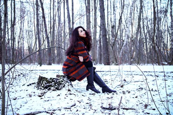 Khi thực hiện bộ ảnh kỷ niệm giữa rừng cây khôvới tuyết trắng xóa, Thúy Hằng khoe nhan sắc mặn mà trước ống kính của một nhiếp ảnh gia ngườiNga.