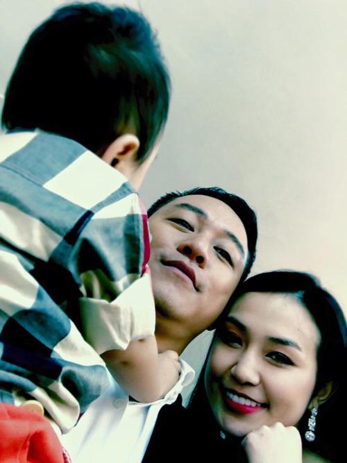 Hôm qua (29/2), Tuấn Hưng còn đưa cả vợ con đến trường quay để ghi hình cho chương trình Bữa trưa vui vẻ.