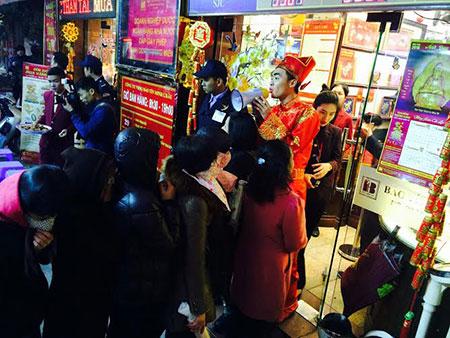 Dân đổ về cửa hàng vàng ngày càng đông, nhân viên của cửa hàng phải dùng loa để hướng dẫn người dân đứng xếp hàng theo trật tự.