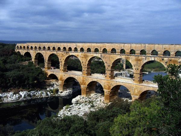 Cầu máng cổ La Mã với tên gọi Pont du Gard, bắc qua sông Gardon ở Pháp và uốn khúc qua nhiều ngọn núi thấp, thung lũng của vùng. Nó được xây dựng từ thế kỉ 18 và tồn tại gần như nguyên vẹn đến ngày nay, Pont du Gard đã được UNESCO đưa vào danh sách Di sản thế giới năm 1985.