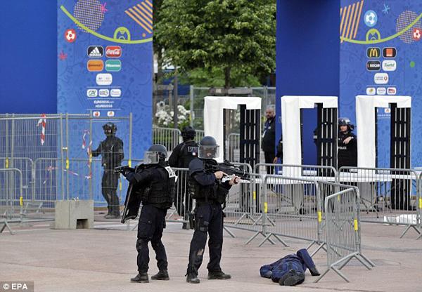 Hình ảnh nhân viên an ninh tham gia vào một bài tập chống khủng bố tại fanzone Place Bellecour ở Lyon