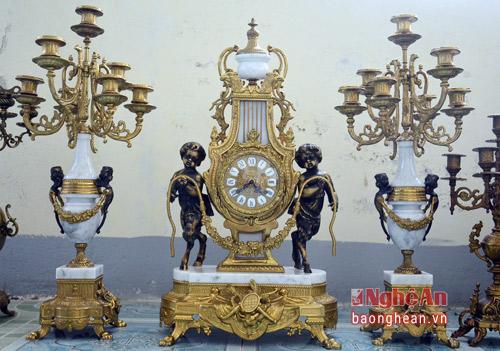 Bộ đồng hồ thiết kế độc đáo, gồm 3 món: đồng hồ và 2 chân nến.