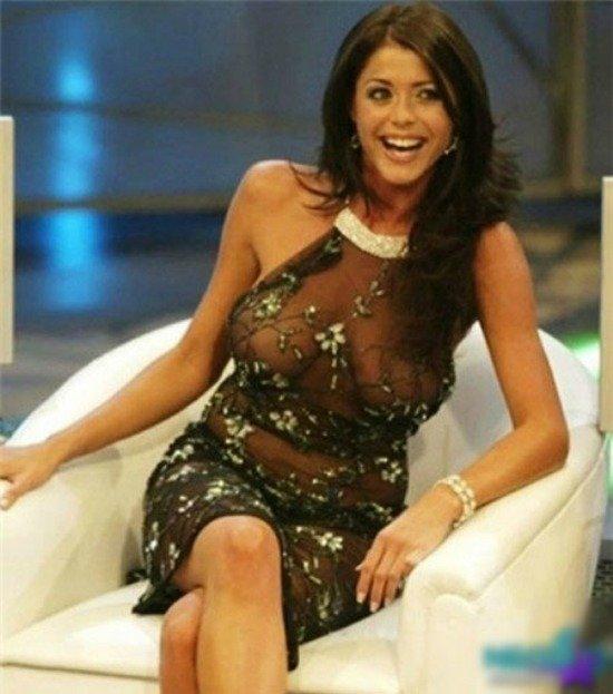 Nữ MC lên truyền hình với phong cách hở bạo khiến khán giả lắc đầu ngán ngẩm.