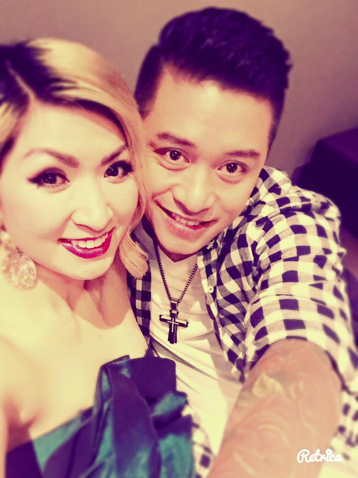 Nguyễn Hồng Nhung và ca sĩ Tuấn Hưng chụp chung trong lần lưu diễn cùng nhau.