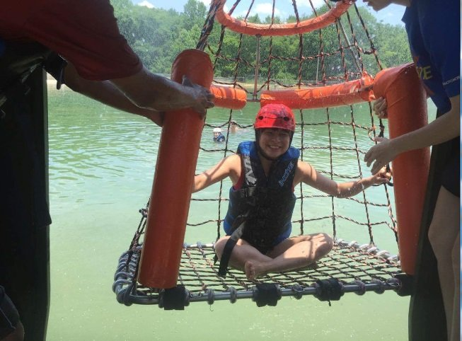 Dù không biết bơi nhưng Kim Tuyến vẫn quyết định tham gia hoạt động dưới nước. Ảnh: HESA