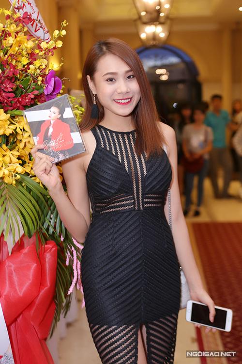 Diễn viên Hồ Bích Trâm tới chúc mừng Cao Thùy Linh lấn sân ca hát.