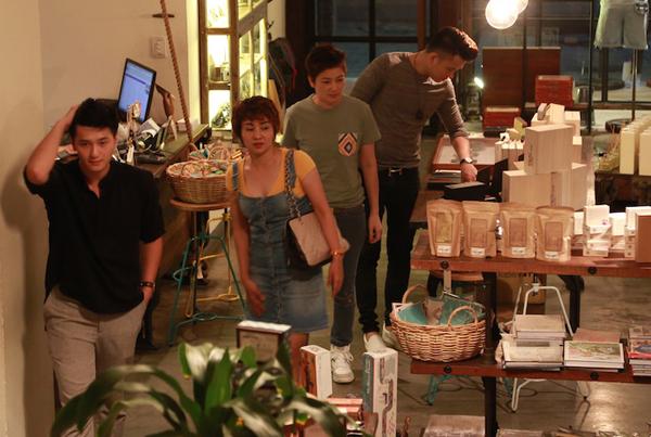 Cựu người mẫu Thúy Vinh và hot boy Huỳnh Anh cũng đi mua sắm trang phục, đạo cụ diễn xuất cùng Thúy Hiền, Ngọc Khanh