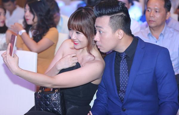 Ca sĩ gốc Hàn cười tươi chụp ảnh tự sướng với bạn trai.