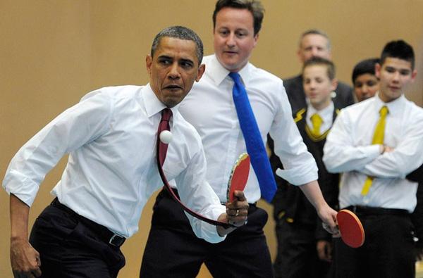 Ông Obama hào hứng chơi bóng bàn với Thủ tướng Cameron ở nam London năm 2011.