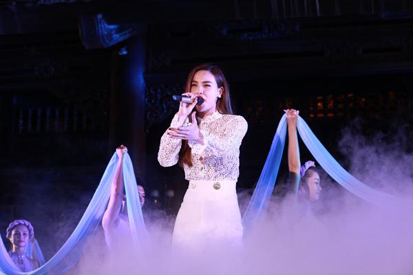 Hồ Ngọc Hà hát Dòng sông thi ca để bày tỏ tấm lòng của mình dành cho nhạc sĩ An Thuyên. Ông chính là người nâng đỡ cô trong thời gian đầu học ở tường Nghệ thuật quân đội. Gia đình Hà Hồ cũng có mối quan hệ thân thiết với nhạc sĩ quá cố.