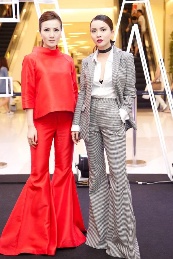 Chị em Song Yến rủ nhau diện hai thiết kế quần ống rộng thời thượng, nếu Yến Trang diện suits các điệu thì Yến Nhi chọn một set matching-matching gam màu đỏ nổi bật.