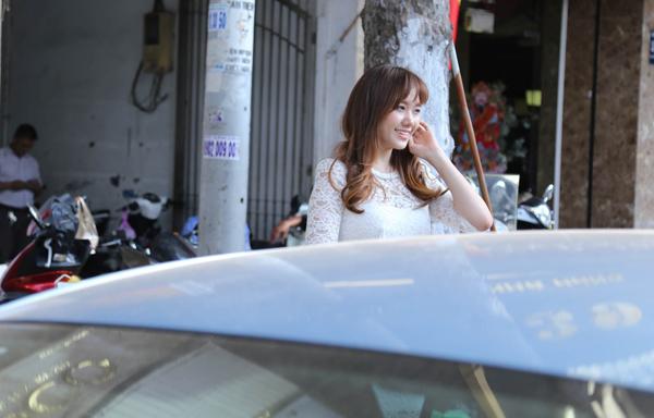 Sau hàng loạt rắc rối ập đến, Hari Won từng có ý định về hẳn Hàn Quốc nhưng được bạn bè động viên, cô tạm quên đi mọi chuyện, trở lại àng giải trí Việt.