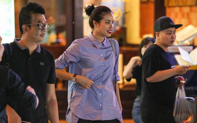 Đến khi trời chuyển tối, cô và người quản lý tiếp tục đến một quán karaoke để xả stress.