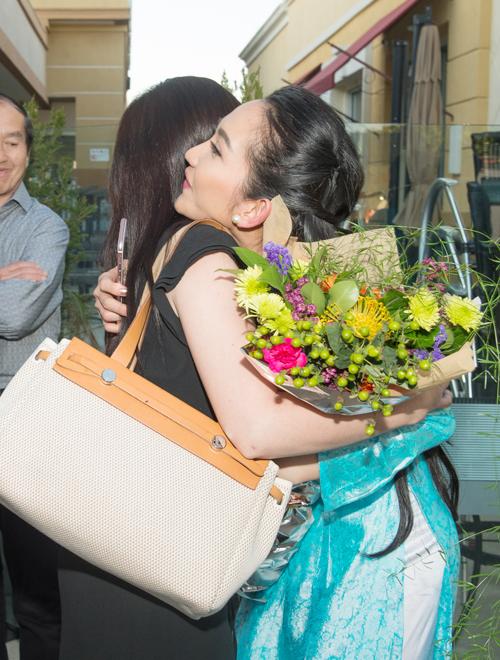 Nàng Út Ráng được người hâm mộ vào tận hậu trường tặng hoa và ôm chúc mừng cho vai diễn của cô.