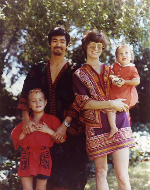 Gia đình 4 người hạnh phúc của huyền thoại Lý Tiểu Long. Những năm sau này, khi sự nghiệp thành danh, Tiểu Long đưa vợ và các con về Hong Kong sinh sống.