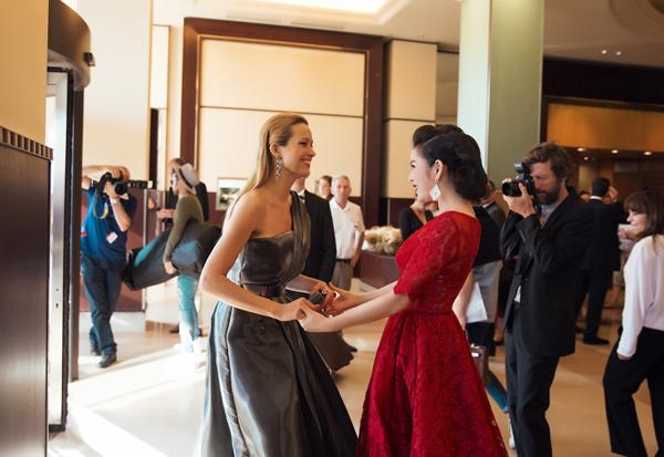 MC người Czech tay bắt mặt mừng hỏi chuyện Lý Nhã Kỳ và hết lời khen ngợi bộ đầm và vẻ đẹp quý phái của người đẹp Việt Nam.