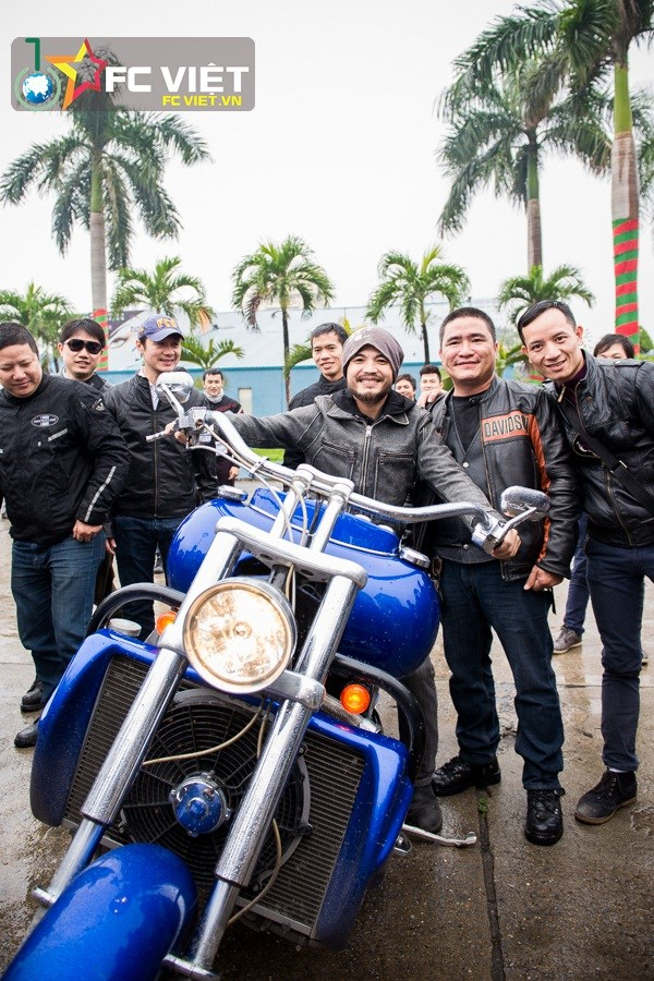 Trần Lập vui vẻ tạo dáng cùng chiếc mô tô khủng và anh em trong đoàn.