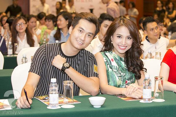 Diễn viên Thanh Vân Hugo và diễn viên Anh Tuấn có dịp hội ngộ cùng đoàn làm phim.