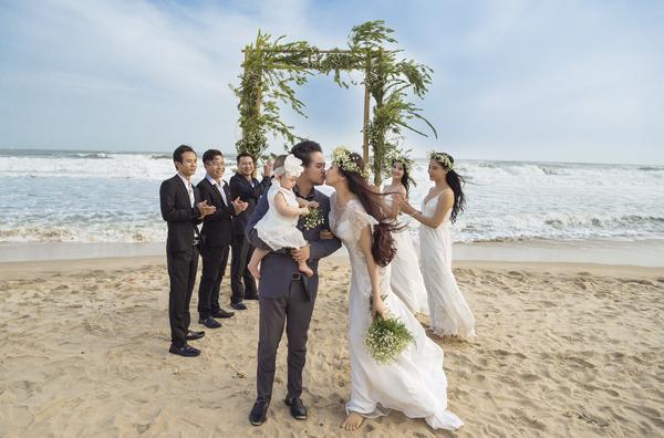 Vợ chồng Trang Nhung ra bờ biển tạo dáng. Một số người bạn trong vai phù dâu, phù rể giúp cặp đôi thực hiện album cưới.
